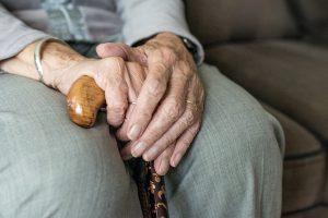 Udogodnienia dla seniorów – wygodna wanna czy kąpiel pod prysznicem?